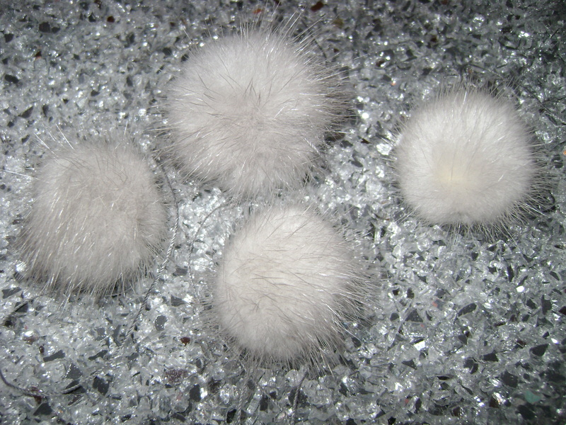 4 mink pompoms / mink beads - grey